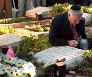 Benjamin Netanyahu visits grave of brother Yoni