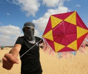 Palestinian rioters with an arson kite. (Abed Rahim Khatib/Flash90)